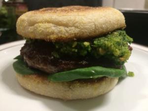 Erdnuss-Pesto Burger mit Blattspinat