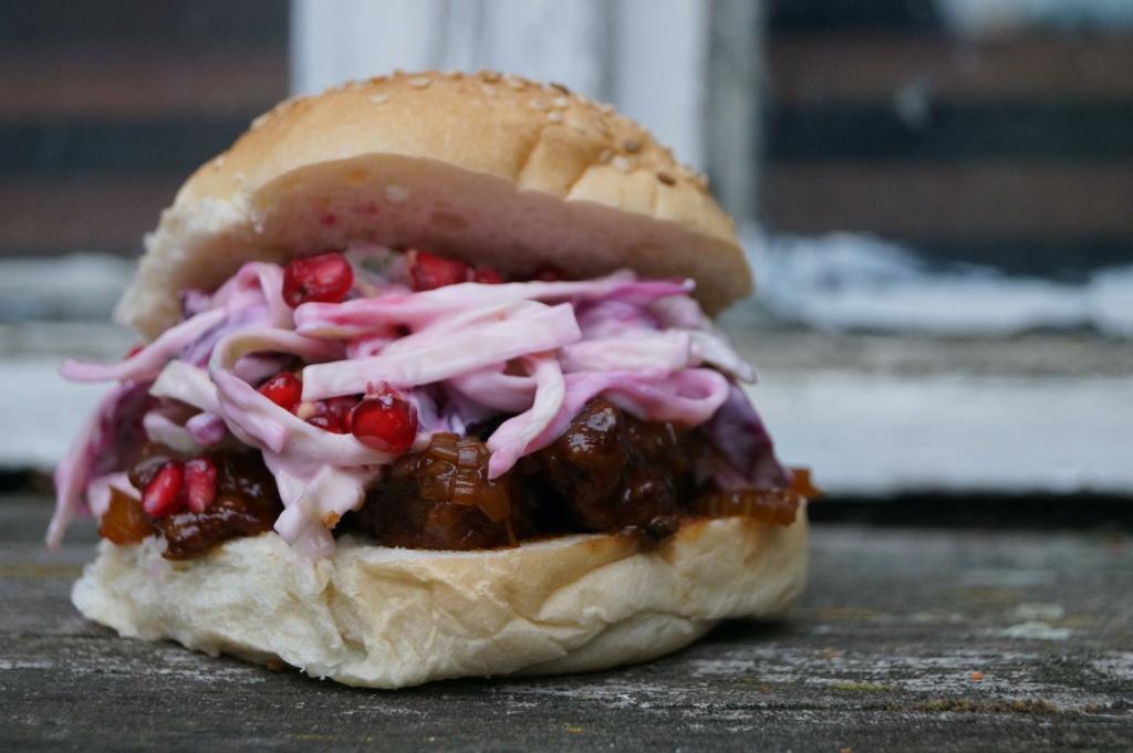 Burger mit Ochsenbäckchen aus dem Dutch Oven
