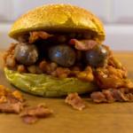 Sausage Burger mit BBQ Bacon Beans