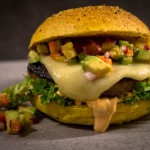 Salsiccia Cheeseburger mit Avocado Salsa