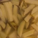 Kartoffeln in Pommesform im Wasser
