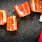 rote Paprika geschnitten mit einem Red Spirit Messer von Dick Messer
