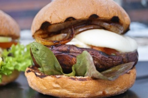 Portobello Burger mit Tomate-Mozzarella