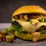 Salsiccia Cheeseburger mit Avocado Salsa