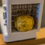 Kartoffel in einem Pommesschneider