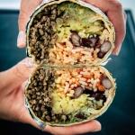 Burrito aufgeschnitten und in die Kamera gehalten