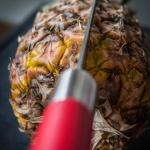 Messer steckt in einer Ananas